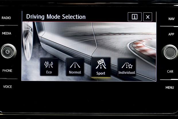 O veículo gerencia motor e sistemas de acordo com o modo de condução selecionado (Foto: Divulgação)