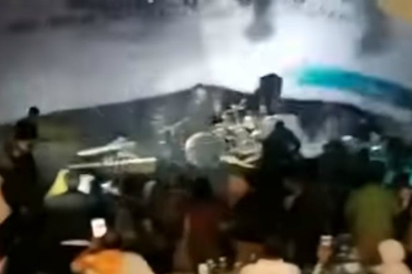 Palco caindo após ser atingido pela onda (Foto: Reprodução YouTube)
