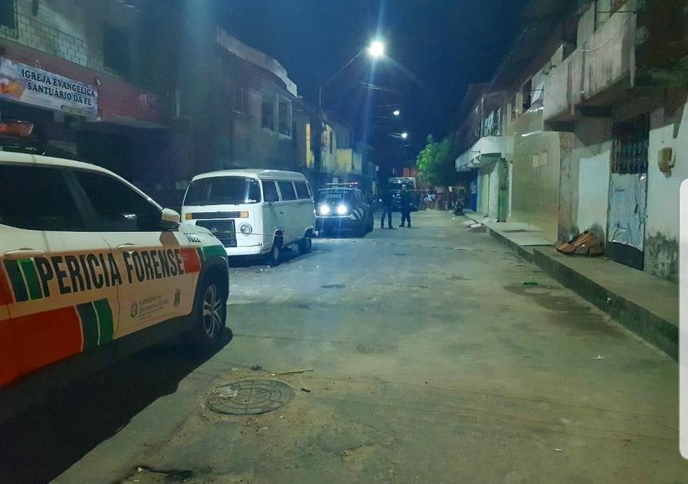 Vítima estava sozinha na Rua G, no Vila Velha, quando foi atingida pelos disparos e morreu no local. — Foto: Rafaela Duarte/ Sistema Verdes Mares