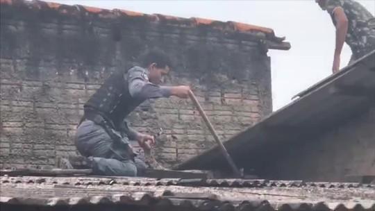 Cobra escondida em telhado de residência é resgatada por policial em MT; veja vídeo