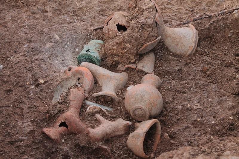 Recipientes enterrados em cemitério antigo da Turquia (Foto: Daily Sabah)