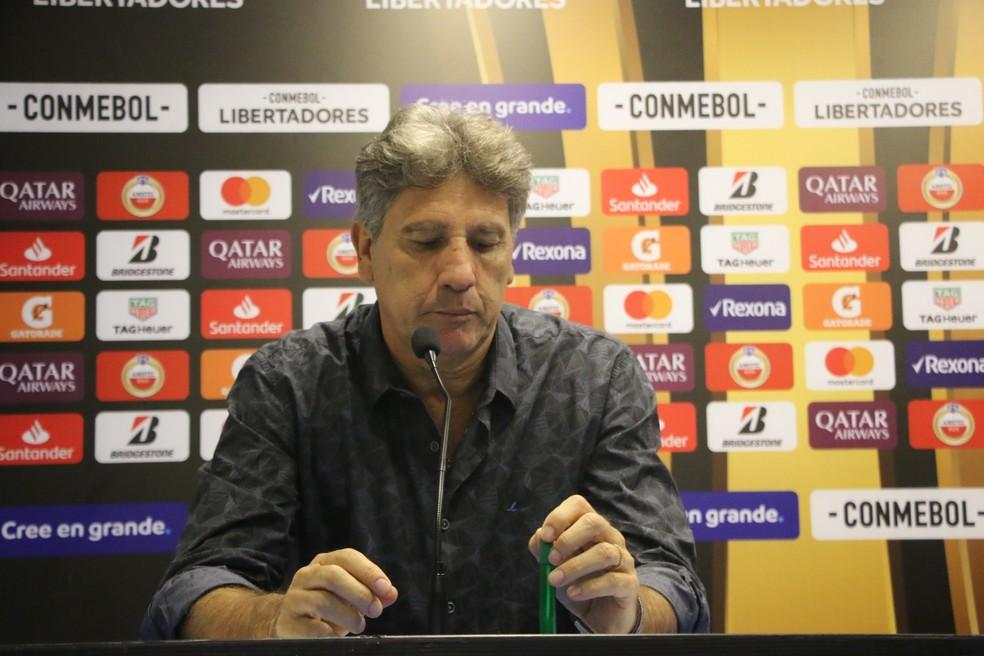 Renato concedeu entrevista com semblante abatido — Foto: Eduardo Moura