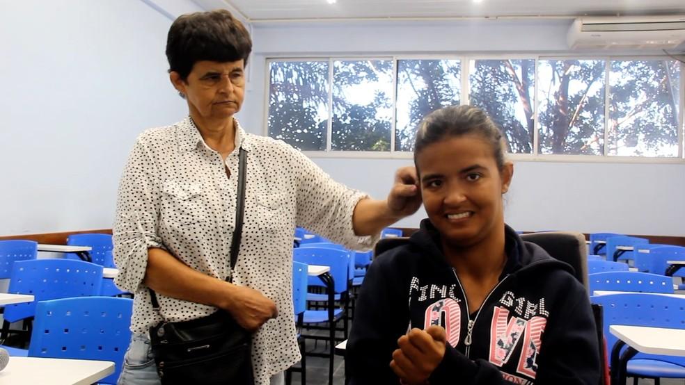 Gilda ajeita o cabelo de Suellen durante entrevista concedida a projeto universitário em Cabo Frio, no RJ — Foto: Schrilley Maia / Reprodução Expresso UVA
