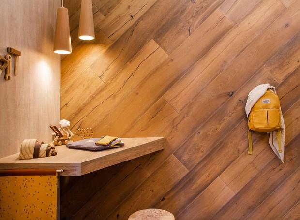 A madeira está presente em diferentes formas e texturas (Foto: Celeste Najt/ Reprodução)