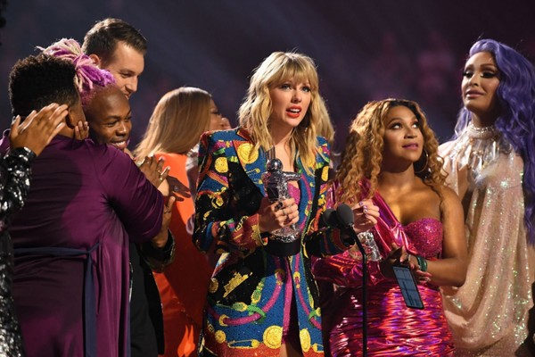 Taylor Swift recebe o prêmio de Vídeo do Ano no VMA 2019 (Foto: Twitter)