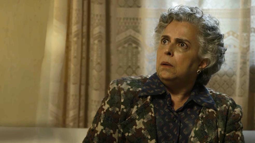 Firmina (Guida Vianna) não entende a reação da filha quando encontra homem misterioso, em 'O Sétimo Guardião' — Foto: TV Globo