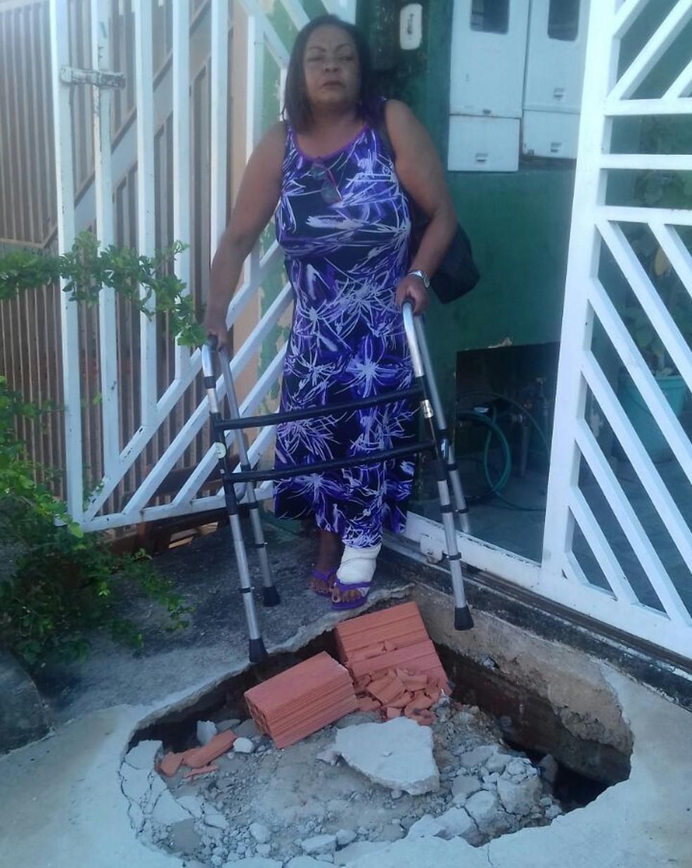 Moradora de Sorocaba (SP) se recupera de uma infecção e, por isso, precisa da ajuda de um andador para caminhar  (Foto: Rosa Serafim/Arquivo Pessoal)