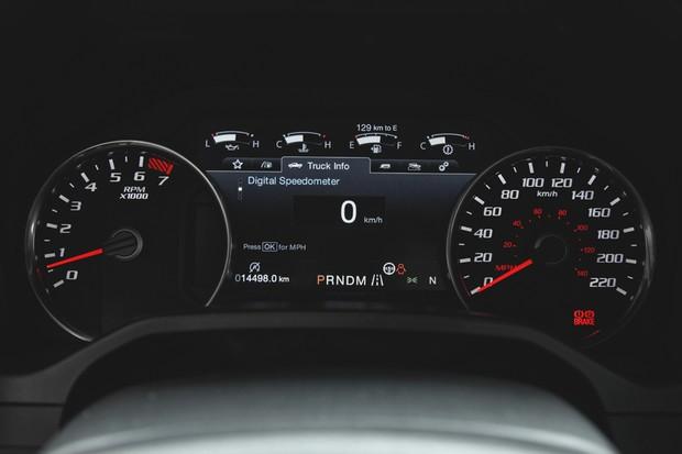 Quadro de instrumentos tem visor digital entre o velocímetro e conta-giros analógicos (Foto: Fabio Aro/Autoesporte)