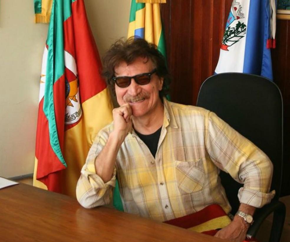 Então prefeito de São Lourenço do Sul fotografou Belchior na mesa de seu gabinete  (Foto: Zé Nunes/Arquivo pessoal)