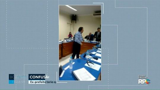 Moradora diz que foi agredida e que teve celular quebrado por ex-prefeito em sessão de Câmara no Paraná; veja
