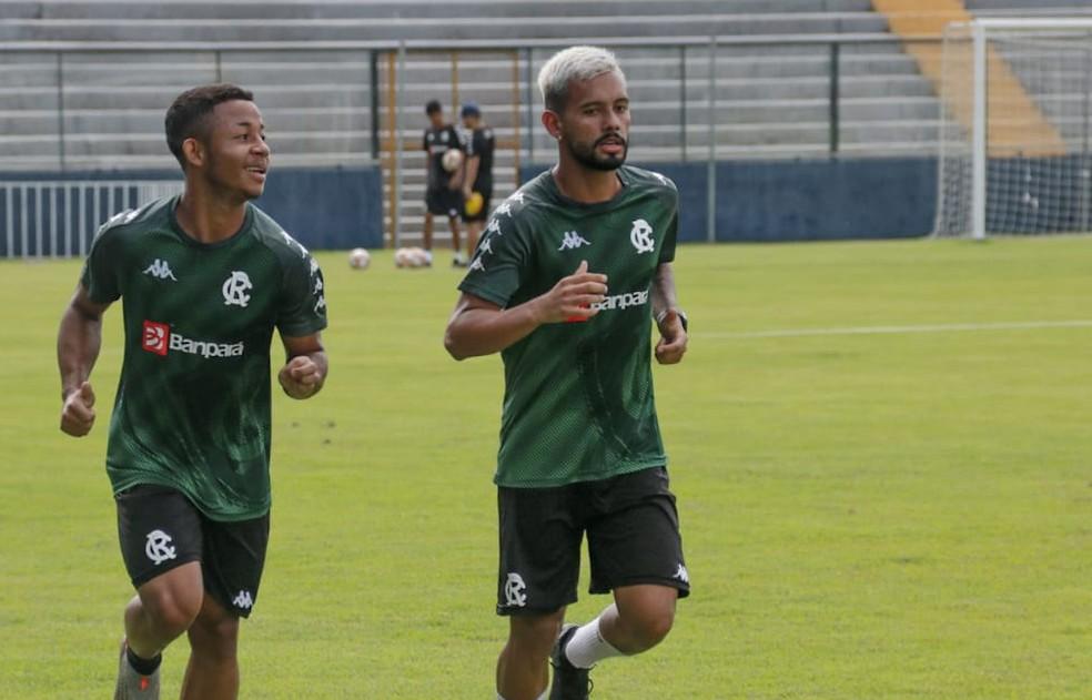 Wallace (direita) deve voltar a ser relacionado no jogo de domingo, em Erechim — Foto: Samara Miranda/Remo