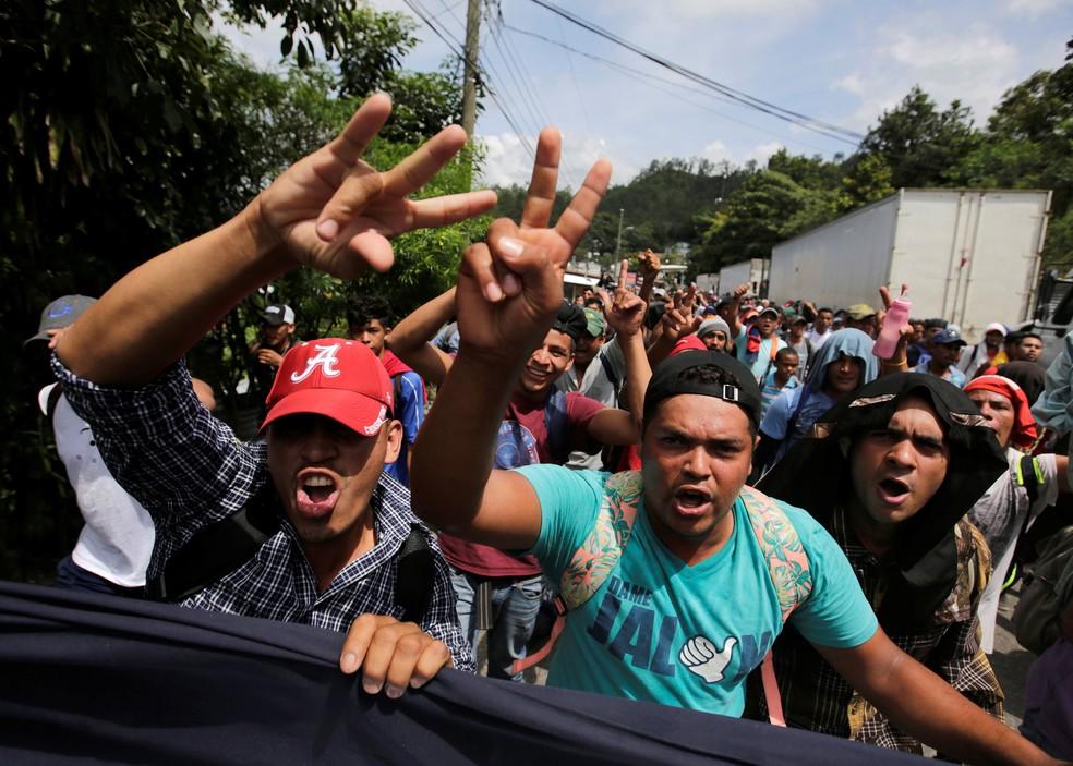 Caravana de hondurenhos chegaram à fronteira entre Honduras e Guatemala, em Agua Caliente, na Guatemala, na segunda-feira (15)  — Foto: Jorge Cabrera/ Reuters