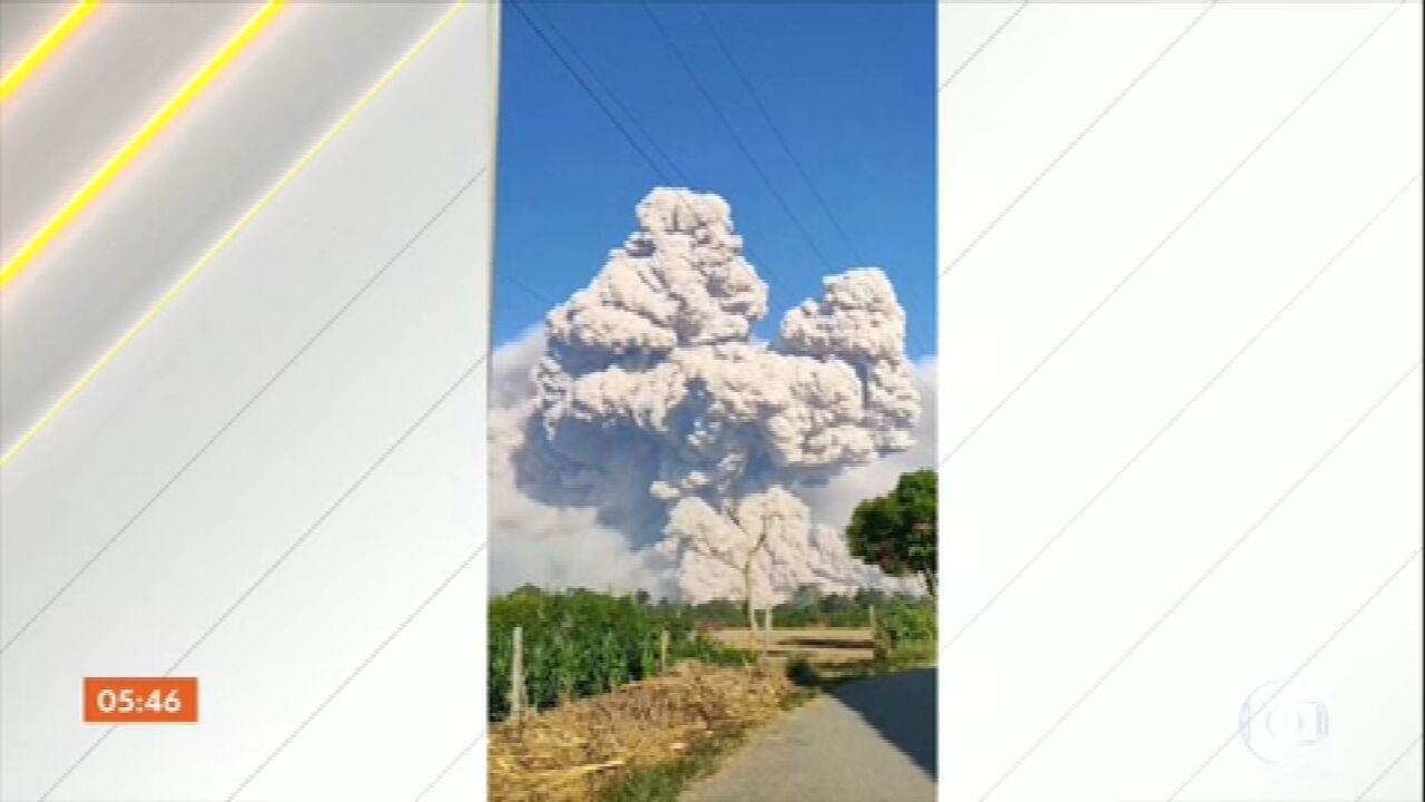 Monte Sinabung entra em erupção na Indonésia