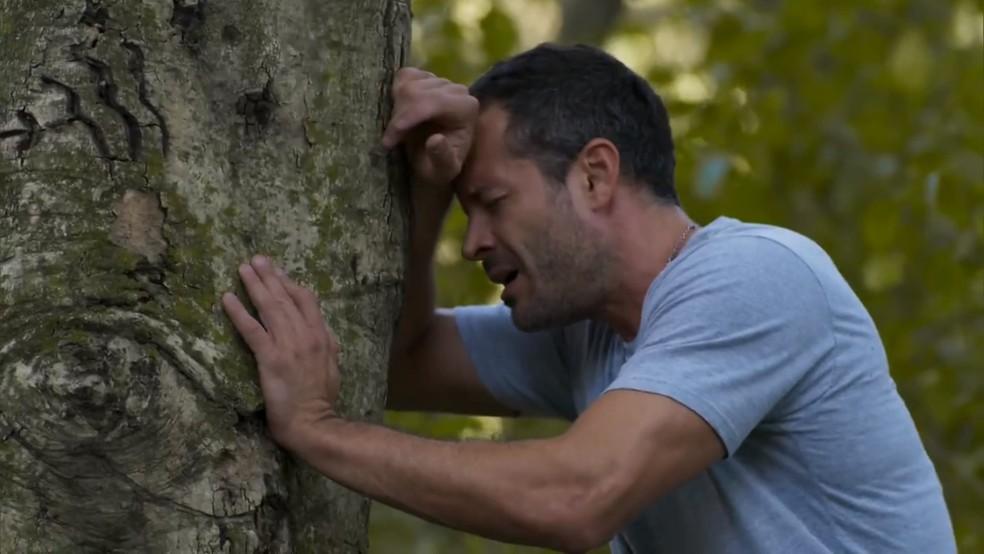 Apolo (Malvino Salvador) se perde na mata - 'Haja Coração' — Foto: Globo