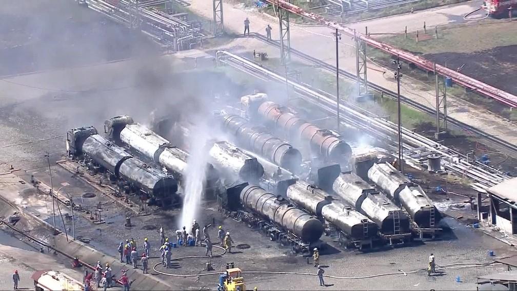 Por volta das 15h, fogo nos caminhões-tanque estava praticamente extinto — Foto: Reprodução/TV Globo