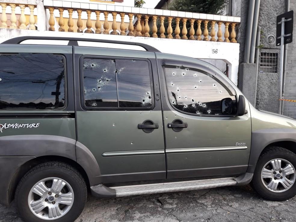 Carro foi alvejado por bandidos em rua de Interlagos — Foto: Divulgação/Polícia Civil