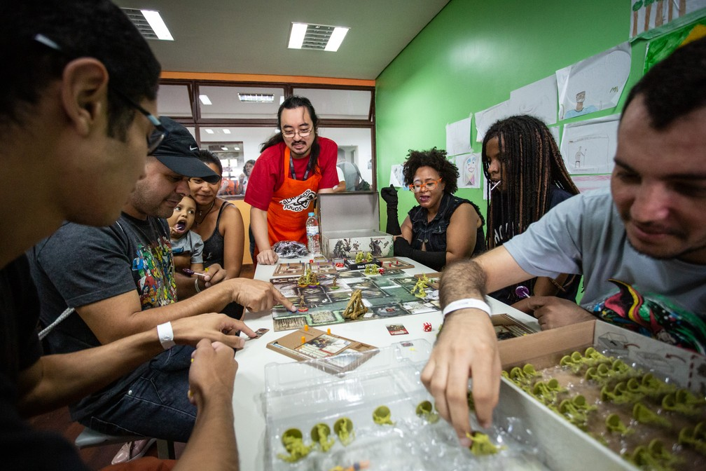 Grupo joga partida de RPG durante a PerifaCon — Foto: Fábio Tito/G1