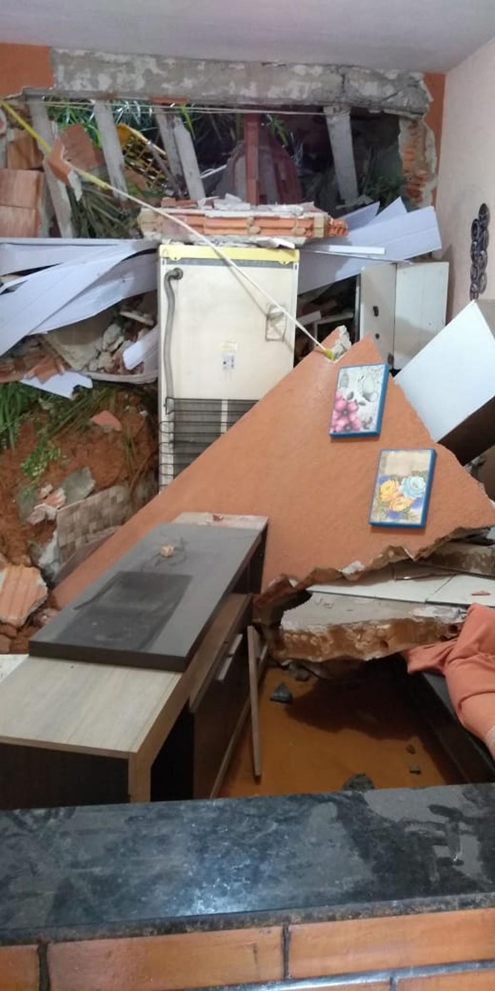 Geladeira foi parar na sala — Foto: Rose Gomes/TV Rio Sul