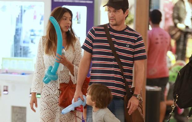 Marcelo Serrado, a mulher, Roberta Fernandes, e os filhos gêmeos, Guilherme e Felipe (Foto: Thiago Martins/AgNews)