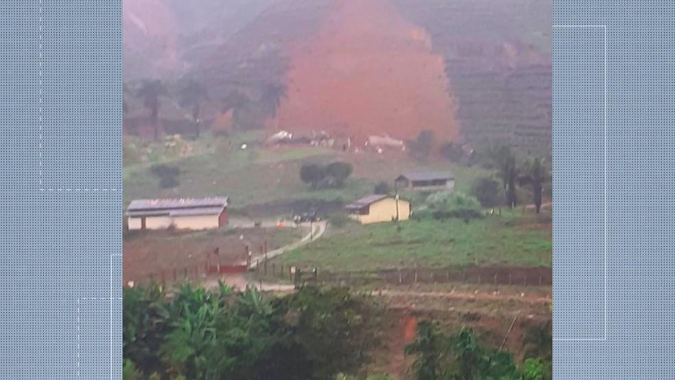 Deslizamento de terra na zona rural de Holanda, em Santa Leopoldina — Foto: Reprodução/ TV Gazeta