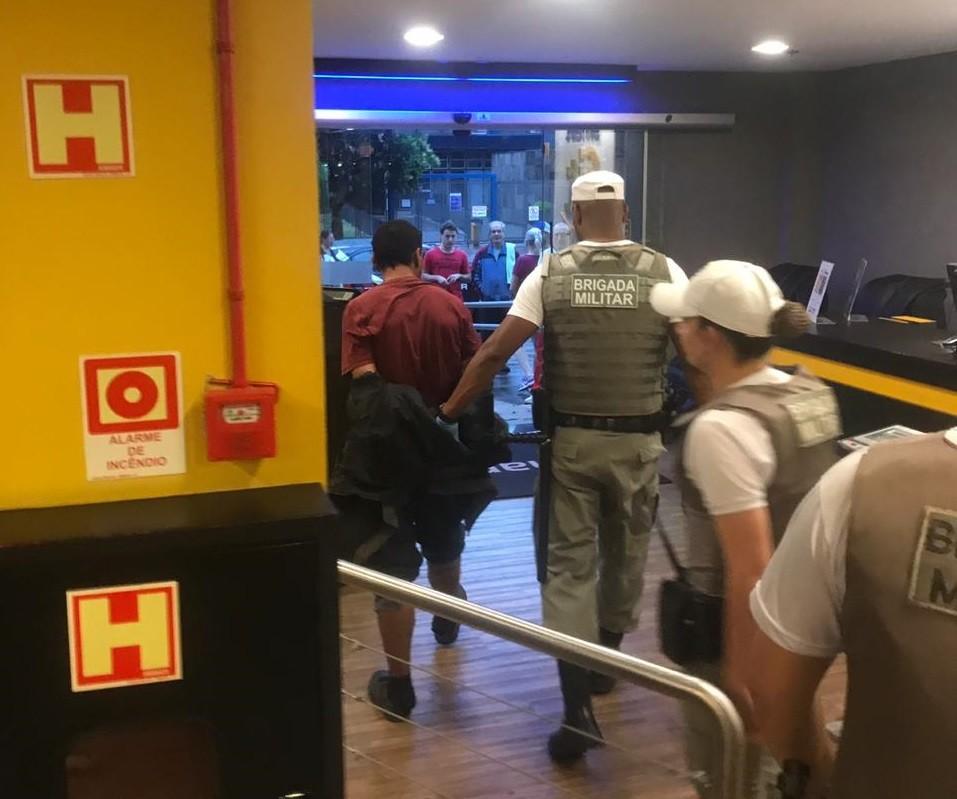Suspeito de furtar academia é encontrado dormindo no local em Porto Alegre - Noticias