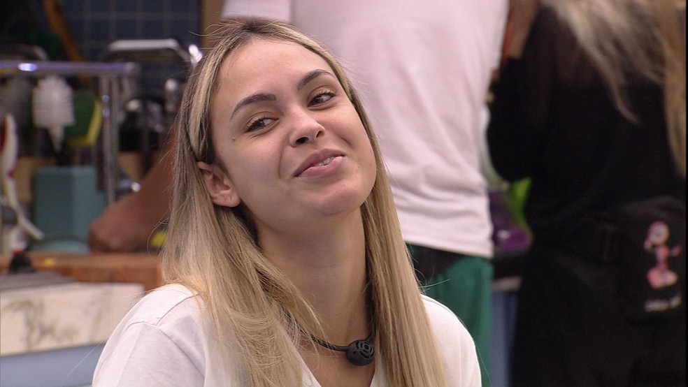 Sarah brinca sobre clima pré-festa: 'Hoje tem hein?!' — Foto: Globo