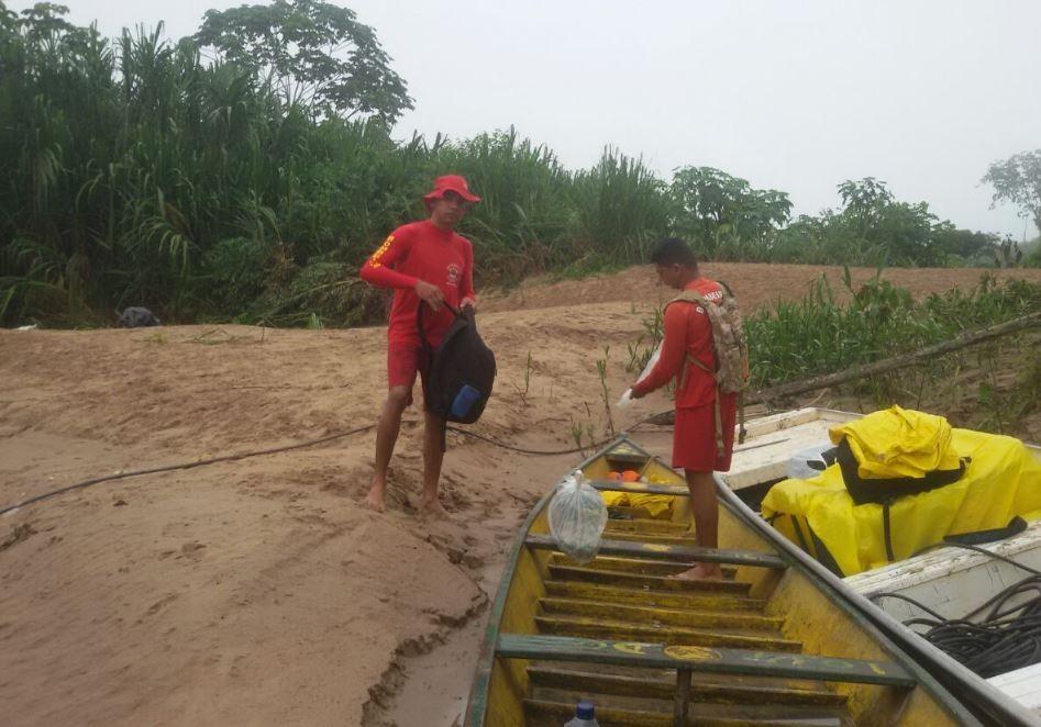 Bombeiros não acham jovem que caiu em igarapé após canoa virar e família acredita que cobra causou acidente