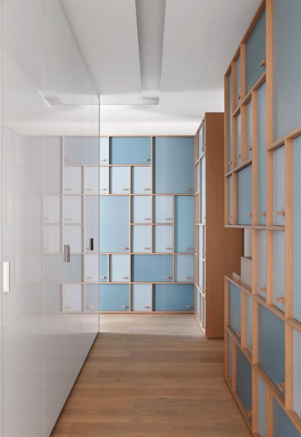 A arquiteta Patricia Martinez transformou o corredor deste apê em uma brinquedoteca, com armários que dão tom divertido e funcional ao percurso (Foto: Salvador Cordaro / Divulgação)