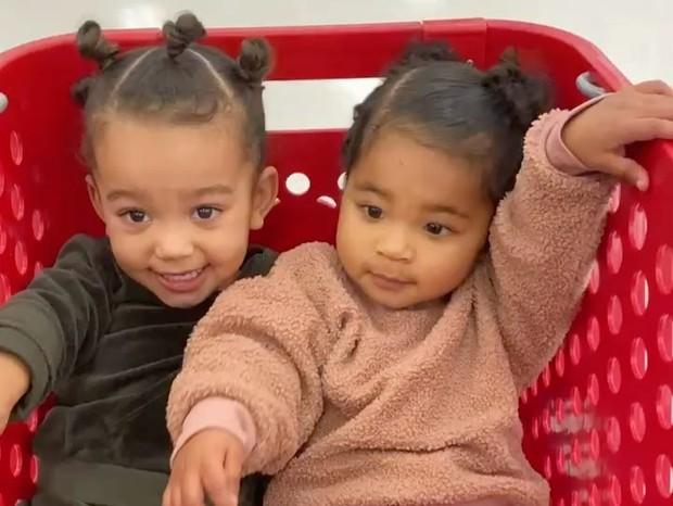 Chicago, filha de Kim, e True, filha de Khloé, roubam a cena em dia juntas; vídeos