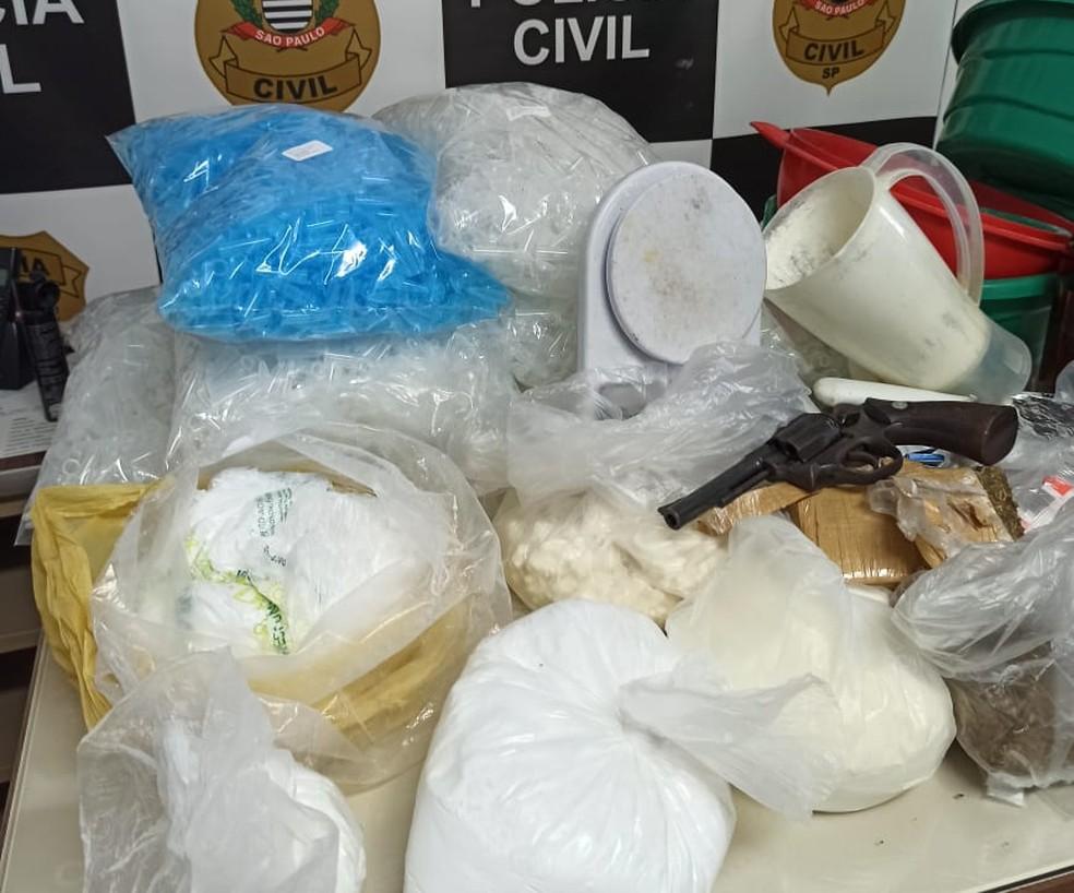 Drogas e arma apreendidas pela equipe do 11º DP de Campinas (SP) durante a quarentena — Foto: Polícia Civil