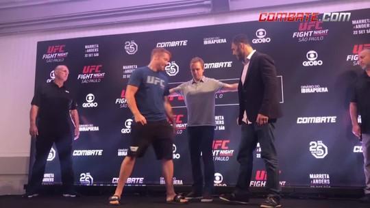 """Descontraído, Alex Cowboy faz dancinha após encarar Pedersoli no """"Media Day"""" do UFC São Paulo"""