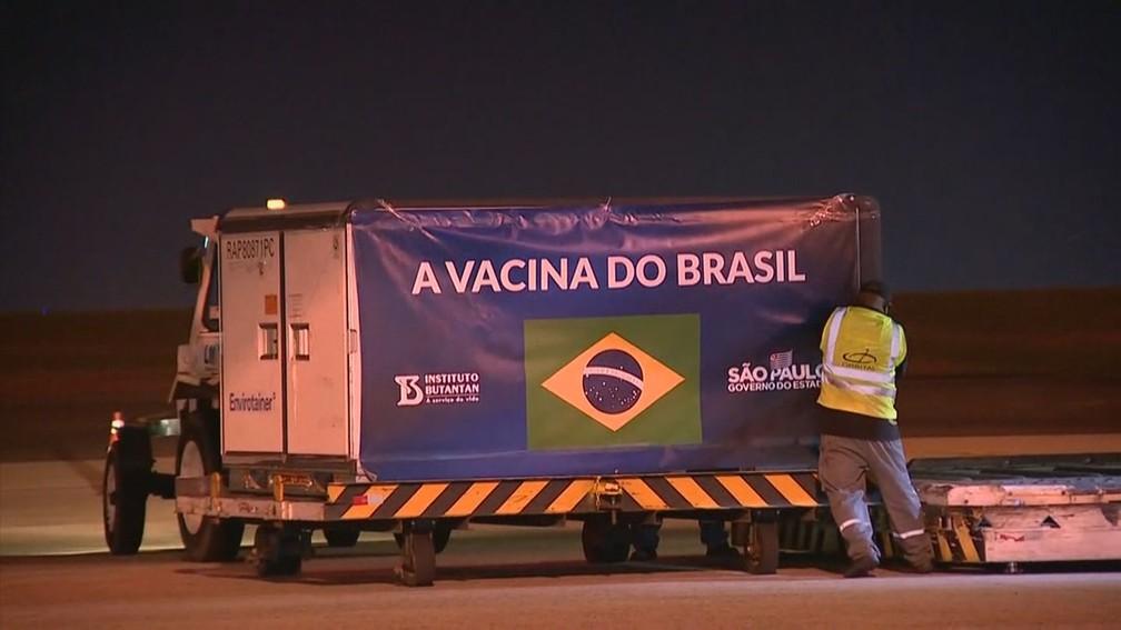 Remessa com 5,4 mil litros de insumos chegou ao Brasil na noite desta quarta (4) — Foto: Tony Mendes/EPTV
