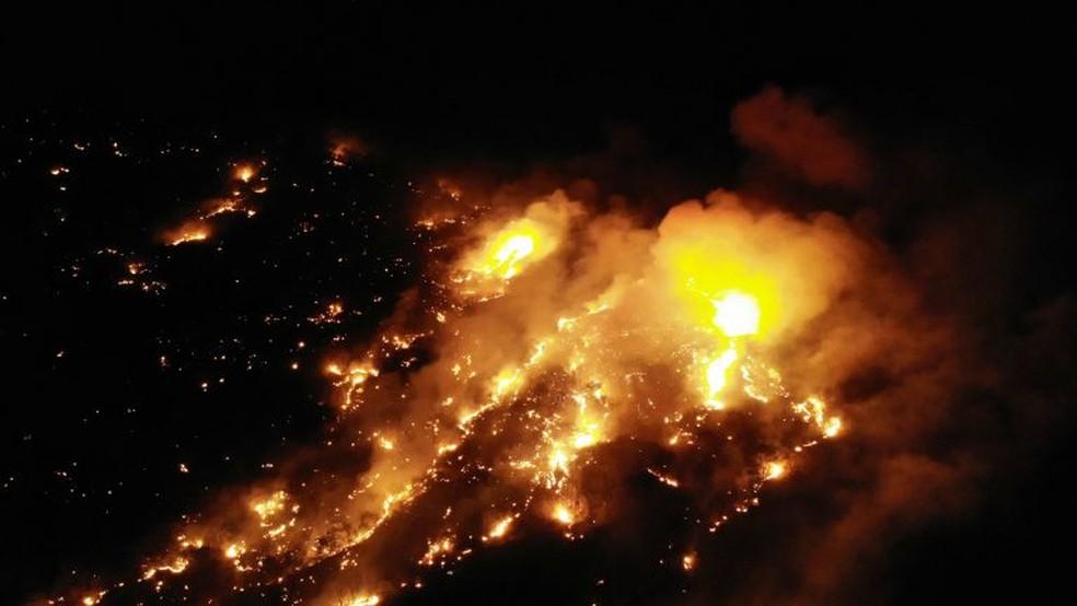 Fogo de bombeiros trabalhou durante a noite para conter fogo. — Foto: Alex Pimentel/SVM