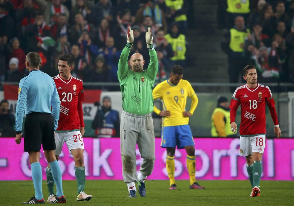 Király, com sua famosa calça de moletom, saúda torcida na despedida da seleção da Hungria em 2016 — Foto: REUTERS/Laszlo Balogh