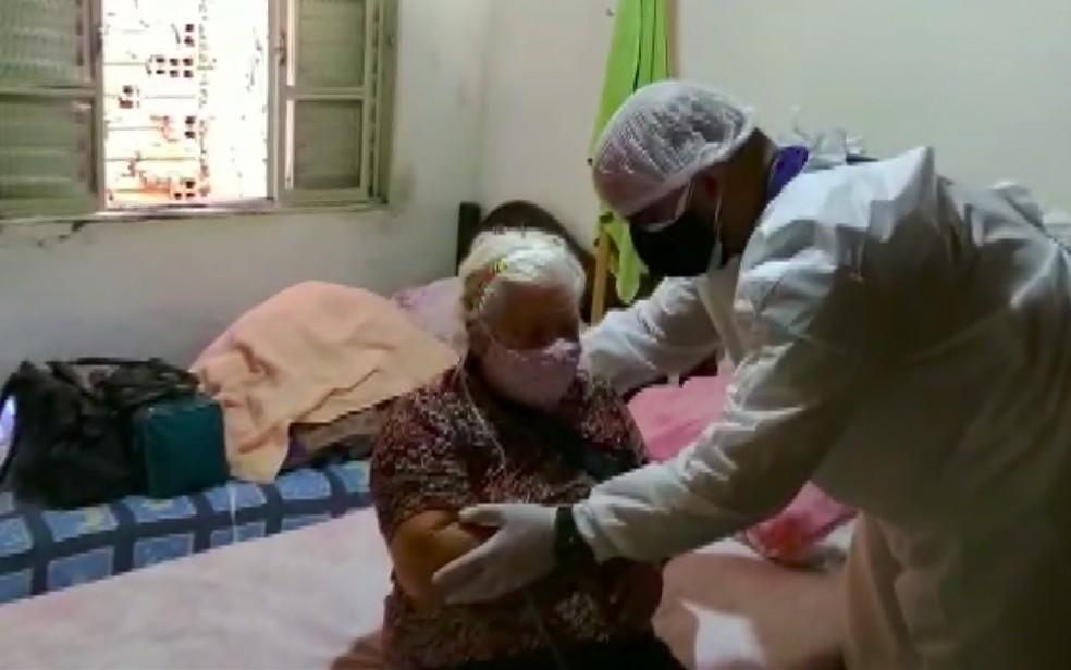 Dona Ercília vai fazer oxigenoterapia em casa após alta de hospital em Batatais, SP — Foto: Reprodução/EPTV