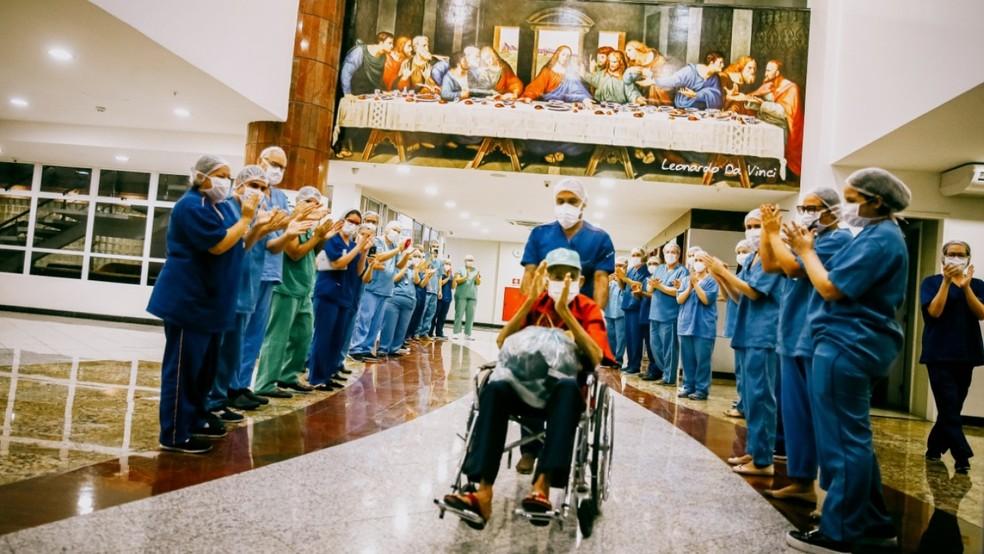 O cearense Eliezer Saldanha, de 75 anos, recebeu alta após ficar internado no Hospital Leonardo Da Vinci, em Fortaleza. — Foto: Camila Lima