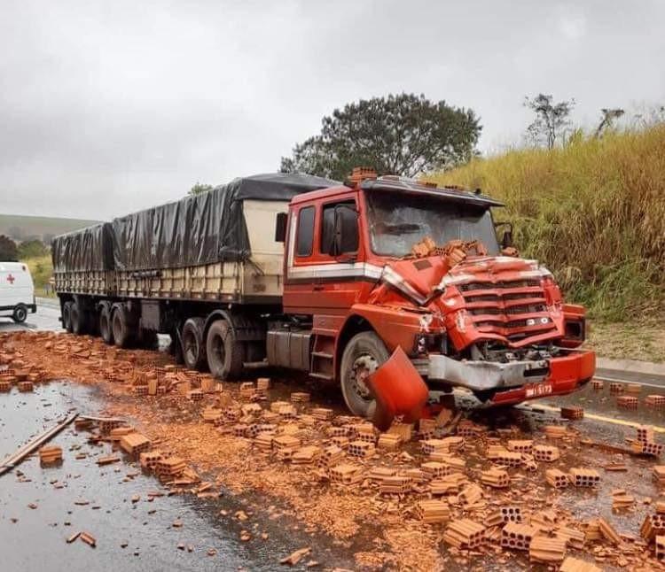 Carreta bate em caminhão e carga de tijolo fica espalhada em rodovia de Mineiros do Tietê