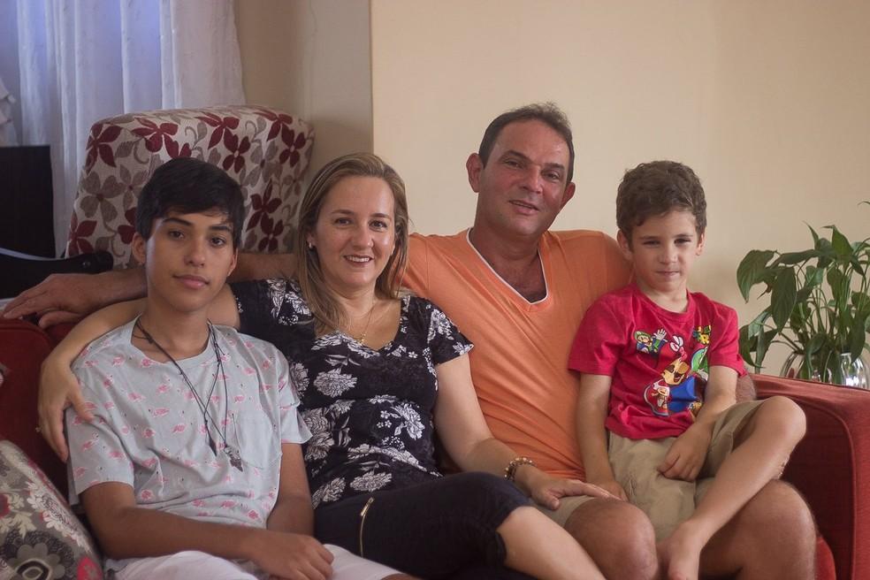 'Os dois me acompanharam em muitas sessões de quimioterapia, e isso foi muito importante pra mim', diz Lima sobre os filhos — Foto: Emanoele Daiane/BBC News Brasil