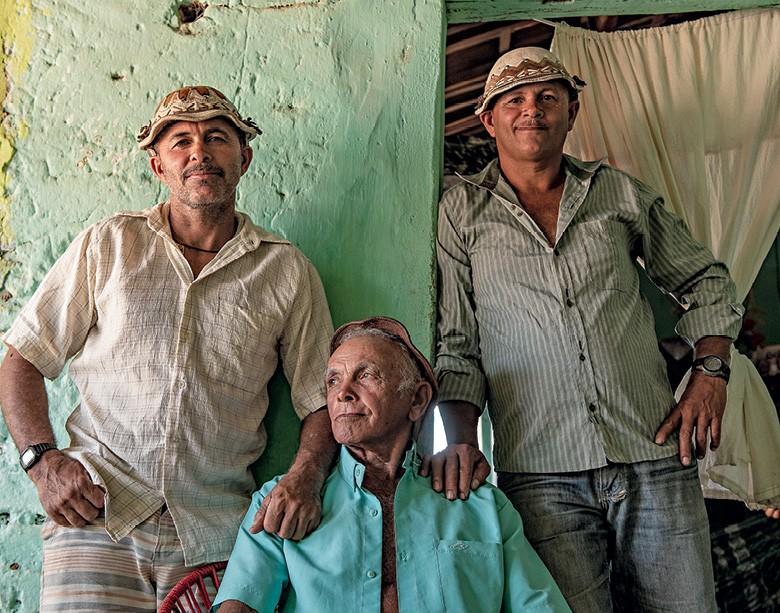 Vaqueiros do Pajeú -  o clã dos Lolôs (o pai Antonio e seus filhos Edivan e Iran) (Foto: José Medeiros)