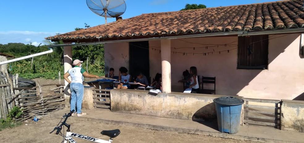 Noadias Novaes dá aula a crianças no sertão do Ceará — Foto: Arquivo pessoal