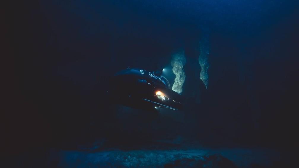 No fundo do Buraco Azul não há nem luz nem oxigênio. — Foto: Aquatica/BBC