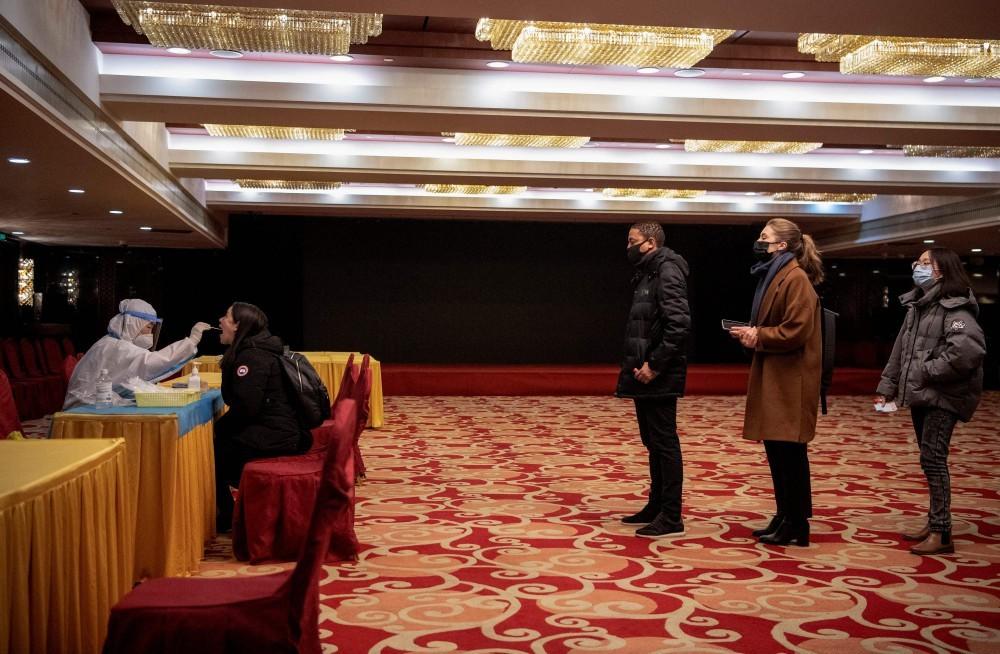 Jornalistas estrangeiros fazem teste para a Covid-19 antes de entrevista coletiva durante sessão do Congresso Nacional do Povo