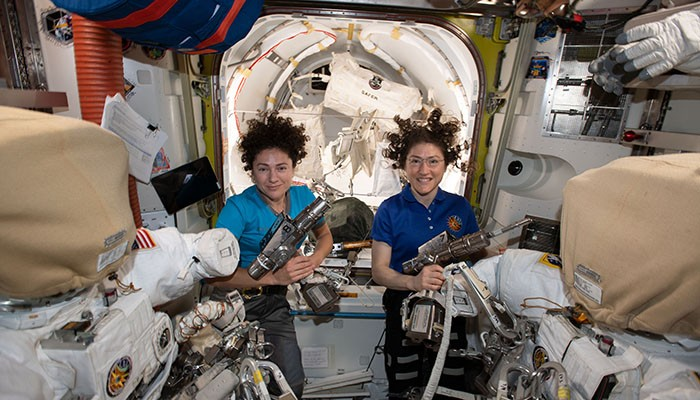 Jessica Meir e Christina Koch são as primeiras astronautas a participarem de uma caminhada espacial só de mulhees (Foto: NASA)