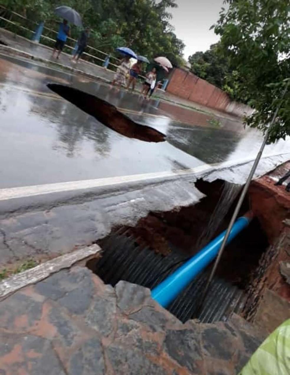 Chuva forte faz asfalto ceder na cidade de Correntina — Foto: Divulgação/Prefeitura de Correntina