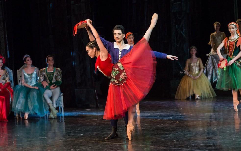 Amanda Gomes, de 22 anos, dançando como solista no espetáculo Esmeralda Goiás (Foto: Ramis Nasimev/Divulgação)