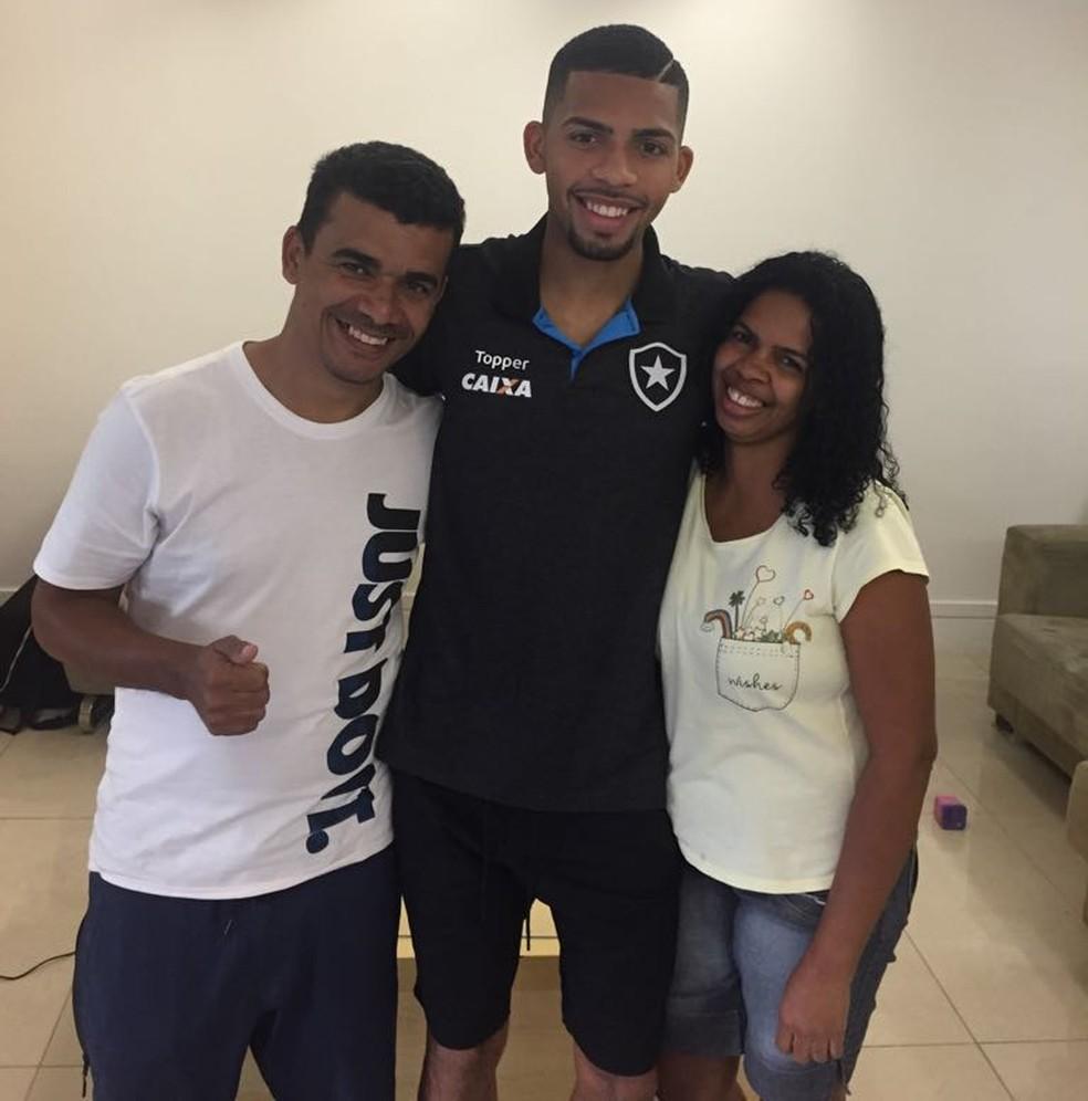 Matheus Fernandes ao lado do pai, Reinaldo, e da mãe, Roseli (Foto: Arquivo Pessoal)