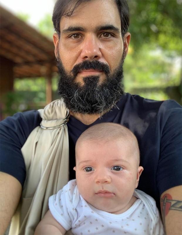 Juliano Cazarré e o filho caçula, Gaspar (Foto: Reprodução/Instagram)