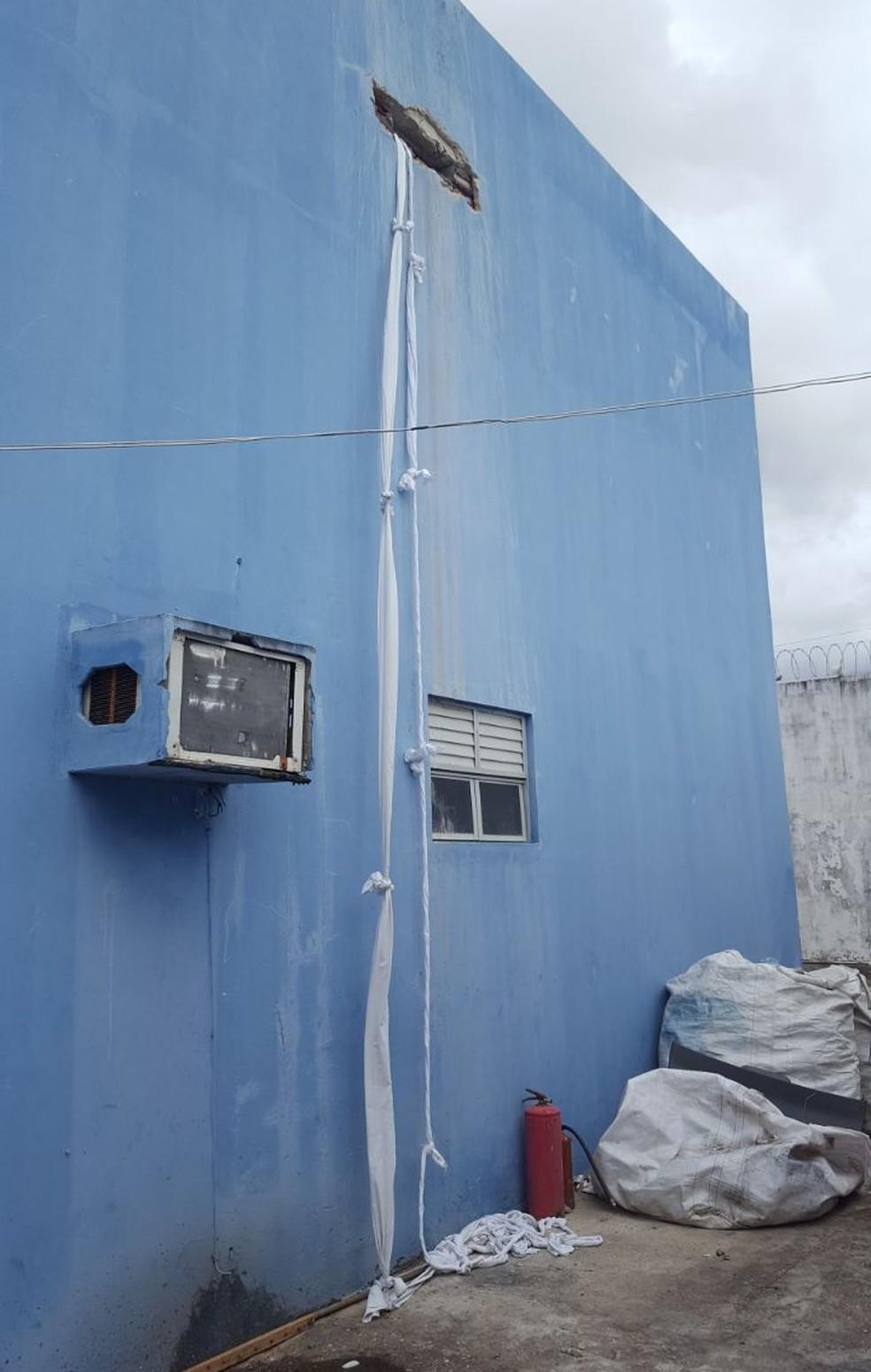 Presos usaram cordas feitas com lençóis para escapar por sistema de ventilação do CDP de Potengi (Foto: Divulgação/ PM)