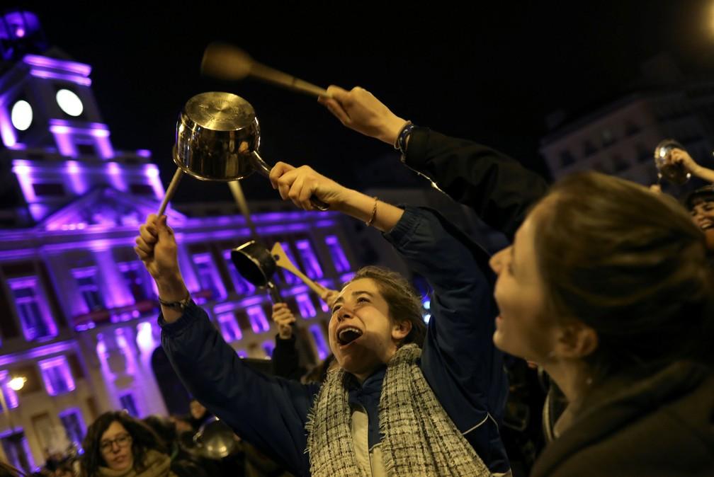 Mulheres participam de protesto na Praça do Sol, em Madrid, nesta quinta-feira (8)   (Foto: Susana Vera/ Reuters)