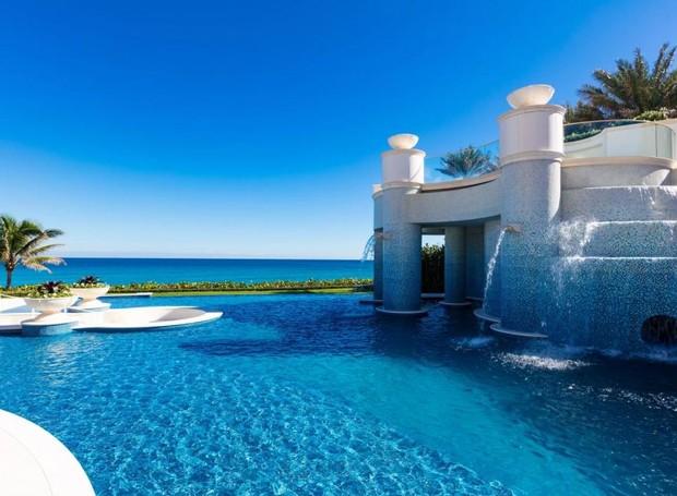 Na frente da casa, uma piscina tem vista para a praia (Foto: Top Ten Real Estate Deals/ Reprodução)